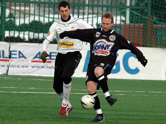 Stoper Viktorie Plzeň Tomáš Hájovský (vlevo) bojuje o míč se soupeřem v nedělním utkání Tipsport ligy s Kladnem.