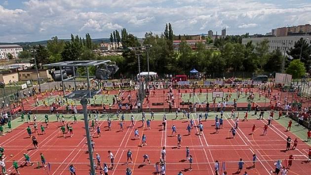 Jako v mraveništi to vypadalo na kurtech Lokomotivy Plzeň při finálovém turnaji přeboru republiky mladých volejbalistů