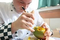 Vyřezávání ovoce na střední hotelové škole