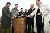 V Plzni začala v úterý symbolickým poklepáním základního kamene výstavba západního okruhu