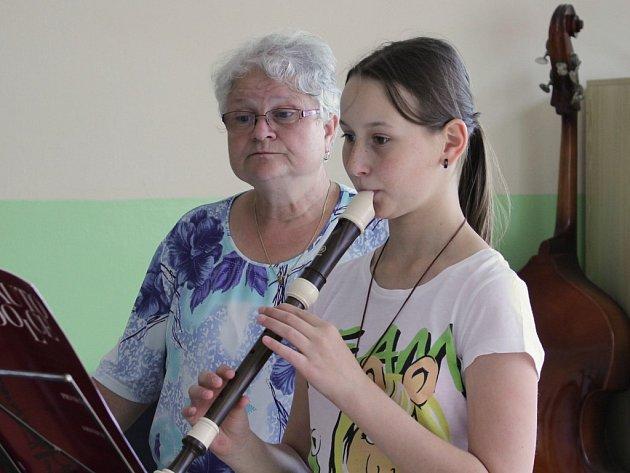 Markéta Klencová hraje na  altovou flétnou za přítomnosti učitelky Edity Koukolíkové v ZUŠ Chválenická