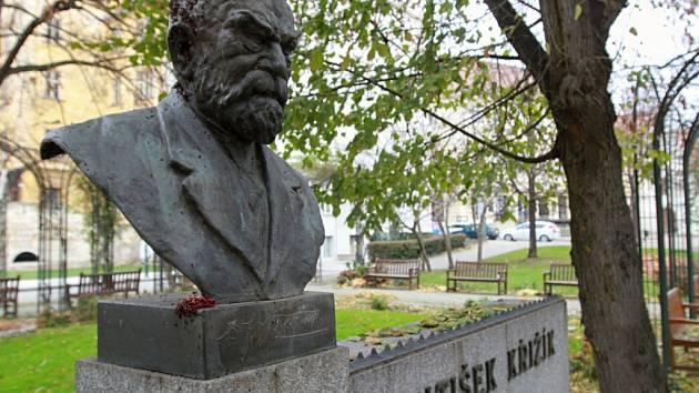 VPlzni byla Františku Křižíkovi odhalena busta ještě za jeho života roku 1936, a to na domě U Zvonu.  Zrekonstruovaná dnes stojí v Křižíkových sadech.