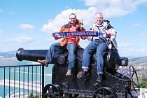 Fanoušci Viktorie Plzeň vystoupili na vrchol gibraltarské skály. Na snímku sedí zleva Roman Bakala a Vlastislav Benč na kanónu, který sloužil k obraně Gibraltaru