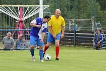 Současný hráč Sázavanu Josef Osvald (vlevo) bojuje o míč s někdejším hráčem a současným  předsedou klubu Jaroslavem Radou ml.