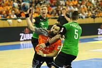 Na snímku z květnového finále bojuje Milan Ivančev s karvinskou obranou.