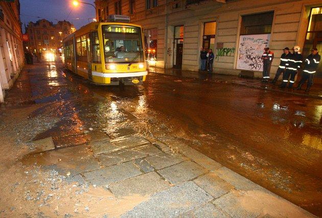 Centrum Plzně ochromila ve čtvrtek odpoledne jedna z největších havárií vody za poslední roky.