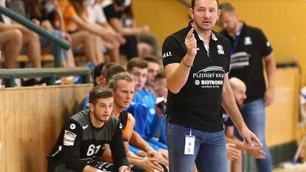 Trenér plzeňských házenkářů Petr Štochl připravil hráčům individuální plán.