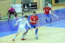 Futsalista Interobalu Plzeň Jan Křemen se pokouší přejít přes obranu Ostravy.
