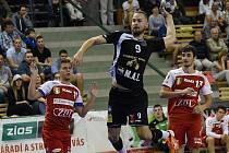 Josef Jonáš (uprostřed černý dres) odehrál ze začátku sezony pár zápasů, pak se ale zranil. Teď opět hraje.