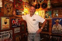 Karel Zach ve výčepu svého pubu, který dále tvoří sklepní nekuřácká restaurace, zahrada s hudebním pódiem i kavárna