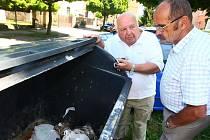 Vyvážení zamčených kontejnerů je problém v celé Plzni. Na problém v Partyzánské ulici upozornili tamní obyvatelé Štěpán Benda (vlevo) a Jaroslav Skala.