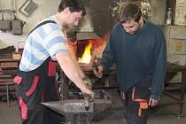 Lukáš Hulec (vlevo) a František Holub rýhují pracovní plochu kovářských kleští, které si v závěru kurzu vykovali