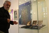 Jiří Špinka, řezbář a medailér, vystavuje v Muzeu církevního umění plzeňské diecéze reliéfy na zvony. Jeho díla jsou určena např. pro zvony v klášteře v Chotěšově nebo pro dva zvony do kostela v Úlicích. Výstava potrvá do 12. května.