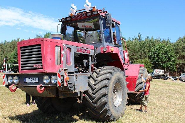 V sobotu byl zahájený ve Lhotce u Radnic třináctý ročník tradiční traktoriády. Téměř osm set platících diváků si nenechalo ujít zápolení strojů, některých i podomácku vyrobených. Několik kategorií doplnil ještě vložený závod pionýrů a také sprint závodníc