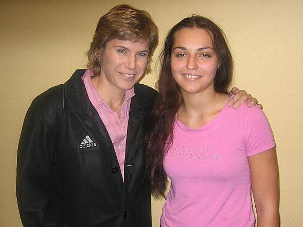 Po exhibičním zápase se Tereza Lukešová (vpravo) setkala se svým sportovním vzorem, naší nejúspěšnější lyžařkou Kateřinou Neumannovou.