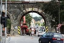 Mohylová ulice bude stále otevřena jen pro autobusy veřejné dopravy a také pro vozy Integrovaného záchranného systému, ostatní řidiči se místu musí vyhnout.