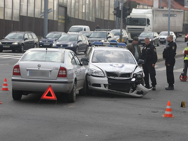 Městská policie nabourala v křižovatce ulic U trati, Doudlevecká a Prokopova do dvou aut