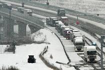 Nehoda kamionu zablokovala dálnici D5 ve směru na Rozvadov u tunelu pod vrchem Valík na více než dvě hodiny