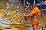 Miloslav Janout montér veřejného osvětlení PMDP instaluje výzdobu na vánoční tramvaj.