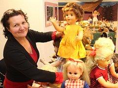 Výstavy Zachráněné panenky a Autíčka Jirky Beneše aneb Když si tatínek hraje v Domu historie Přešticka. Na snímku ředitelka muzea Drahomíra Valentová