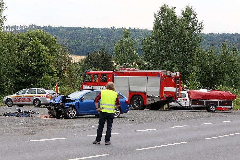 Smrtelná nehoda dvou osobních automobilů na křižovatce hlavní silnice Plzeň - Nepomuk a odbočky do obce Seč na jižním Plzeňsku.