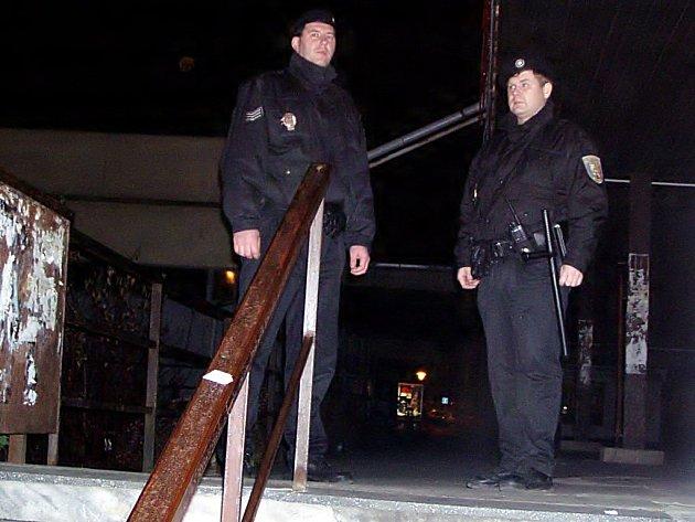 Lochotínští strážníci kontrolují během noční služby prostory kolem nočního klubu Aréna.