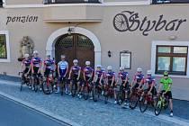 Zdeněk Štybar (čtvrtý zleva) s cyklisty ze stáje TOPFOREX Lapierre, kteří bydleli v jeho penzionu ve Stříbře.