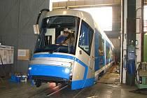 Technici plzeňské firmy naposledy kontrolují funkce v tramvaji Škoda 16T, která včera opustila bránu firmy, aby za několik dnů začala jezdit v polské Wroclavi.