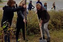 Strom společně zasadili také organizátoři akce, Dagmar Ryšavá a starostka Městského obvodu 1 Helena Řežábová.