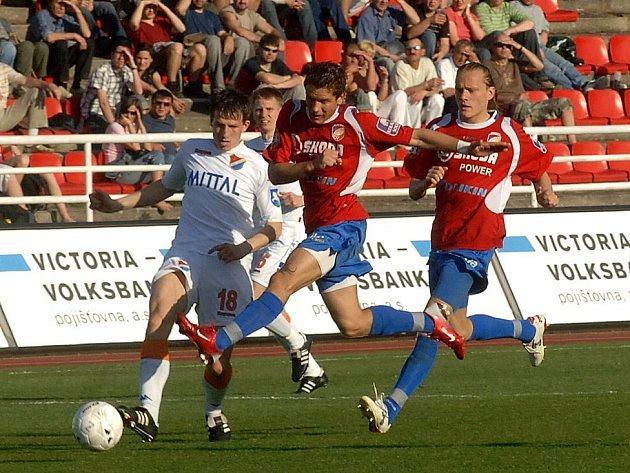Plzeňský útočník Martin Fillo (uprostřed) střílí na branku ostravského Baníku, body si však v neděli odvezli hosté