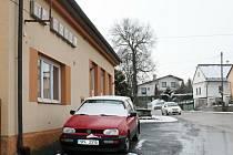 Budova TJ Sokol ve Zdemyslicích, kam chodí cvičit maminky s dětmi. Za budovou je nepřehledná zatáčka