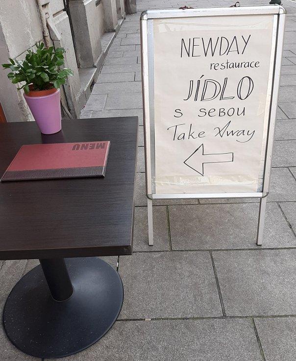Výdej z okénka - restaurace New Day.