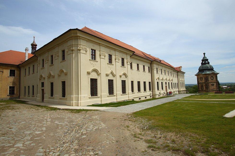 Nově opravené části budov a zahrady kláštera Chotěčšov.