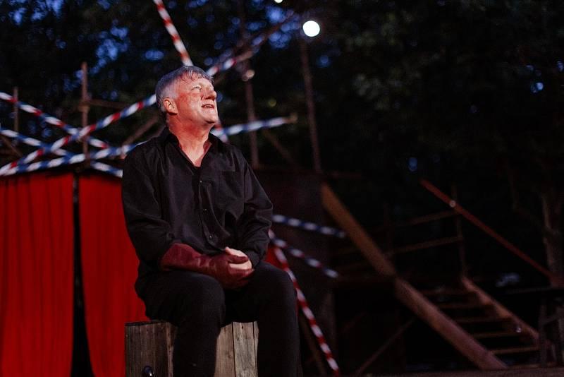 Michal Dlouhý jako Cyrano na Divadelním létě pod plzeňským nebem.