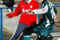 Záložník Viktorie Plzeň Filip Trantina (vlevo) se snaží prosadit přes hráče Chomutova v sobotním přípravném utkání.