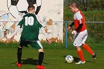 V duelu prvního a druhého mužstva tabulky porazili fotbalisté Chotěšova Dobřany jasně 3:0. Na snímku brání jednoho z hráčů hostů Pavel Znášik (v zeleném)