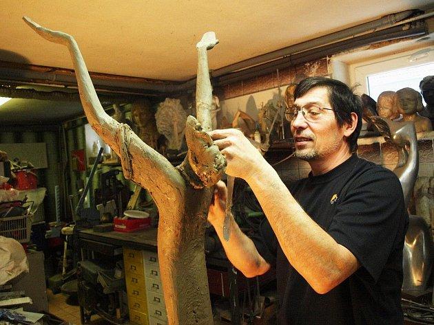 František Bálek pracuje ve svém ateliéru na díle Oroduj za nás, které má zachycovat postavu vystupující z rozpadající se planety. Nápadů má umělec spoustu