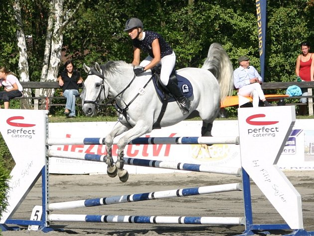 V nedělní Velké ceně obsadila třináctou příčku Michala Roubalová s koněm Cortés z pořadatelského JK Slavie VŠ Plzeň (na snímku)
