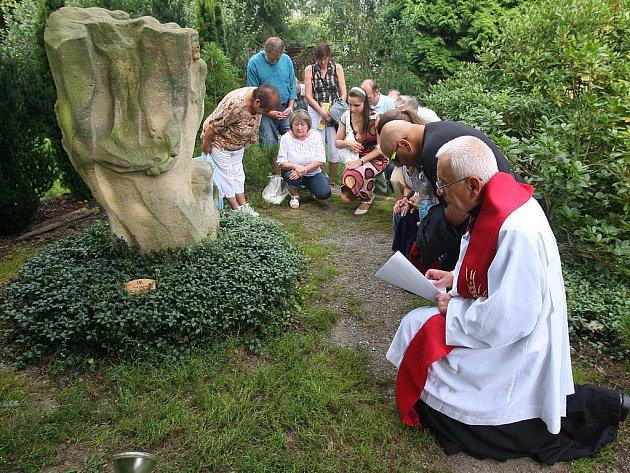 Připomenout si památku polského kněze zabitého v koncentračním táboře za druhé světové války přišli v neděli lidé do Meditační zahrady v Plzni.