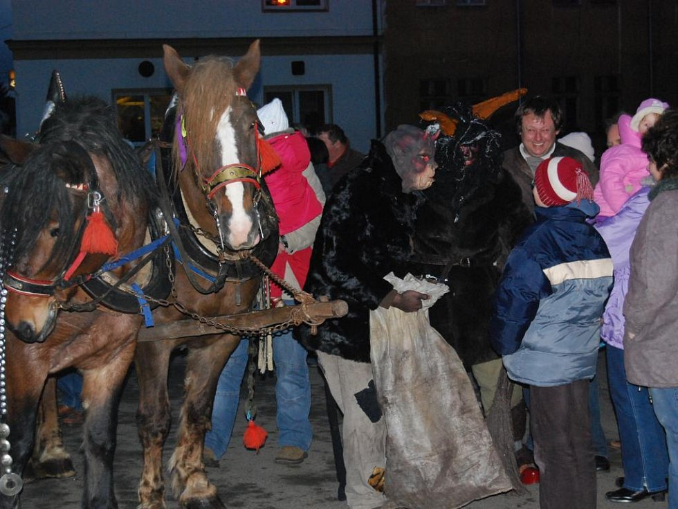 Stodem projel Mikuláš s čerty a andělem na speciálním povozu taženém koňmi