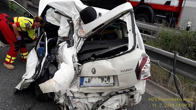 Nehoda kamionu a osobního auta na dálnici D5.