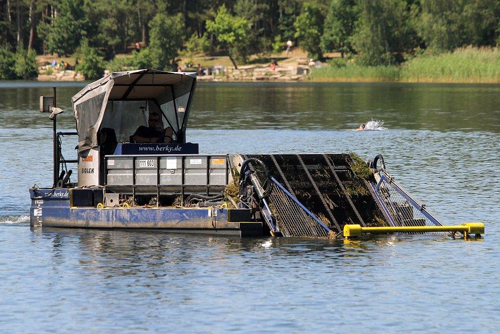 Žací stroj Harvester seče vodní rostliny a tím zlepšuje prostředí pro koupající se plavce.