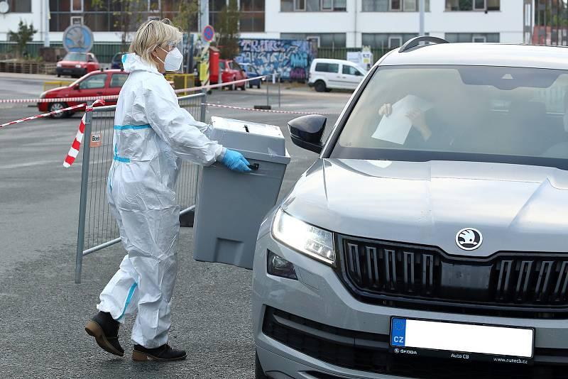 Lidé v karanténě nebo izolaci mohou v Plzni odvolit na volebním místě v Depu 2015 v Cukrovarské ulici. Drive-in stanoviště je otevřeno do dnešní 17. hodiny a voliči vše vyřídí bez vystupování přímo ze svého auta.