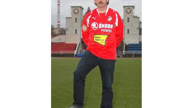 Ne náhodu stojí Stanislav Levý, trenér fotbalistů FC Viktoria Plzeň,  před Bránou borců na Městském stadionu ve Štruncových sadech. Je totiž mužem na svém místě, s nejmladším týmem v Gambrinus lize nasbíral letos úctyhodný počet 49 bodů