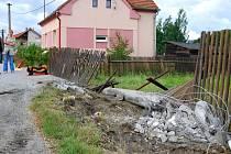 Zdemolovaná zastávka U pomníku. Zruč-Senec.