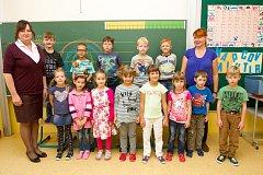 Žáci 1. A ze ZŠ v Plasích s paní učitelkou Ivanou Halamovou (vlevo) a asistentkou Monikou Urbanovou.