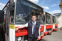 Řidič Plzeňských městských dopravních podniků Ervín Zimmerhackel u své první Karosy s evidenčním číslem 422