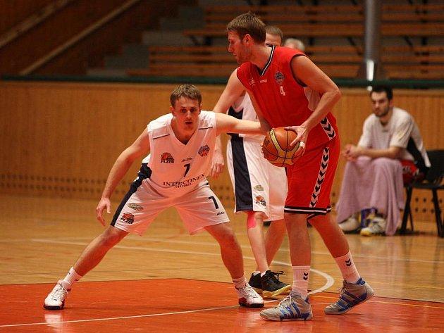 V předposledním  domácím zápase letošního ročníku Mattoni NBL hostili  včera večer plzeňští basketbalisté  (v bílém Tomáš Kubizňák)  tým  Basketball Brno