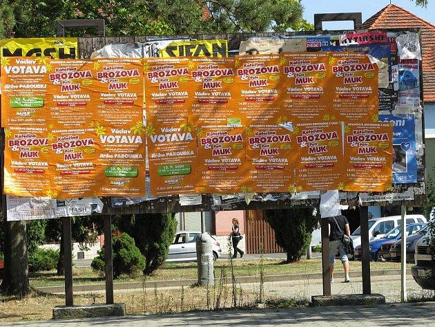 Téměř dvě desítky načerno vylepených plakátů ČSSD zakryly nástěnku na blovickém náměstí