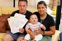 Božena Šarköziová s partnerem Peterem Hakalou, který ukazuje smlouvy s pojišťovnou Média, a synem Timotenem